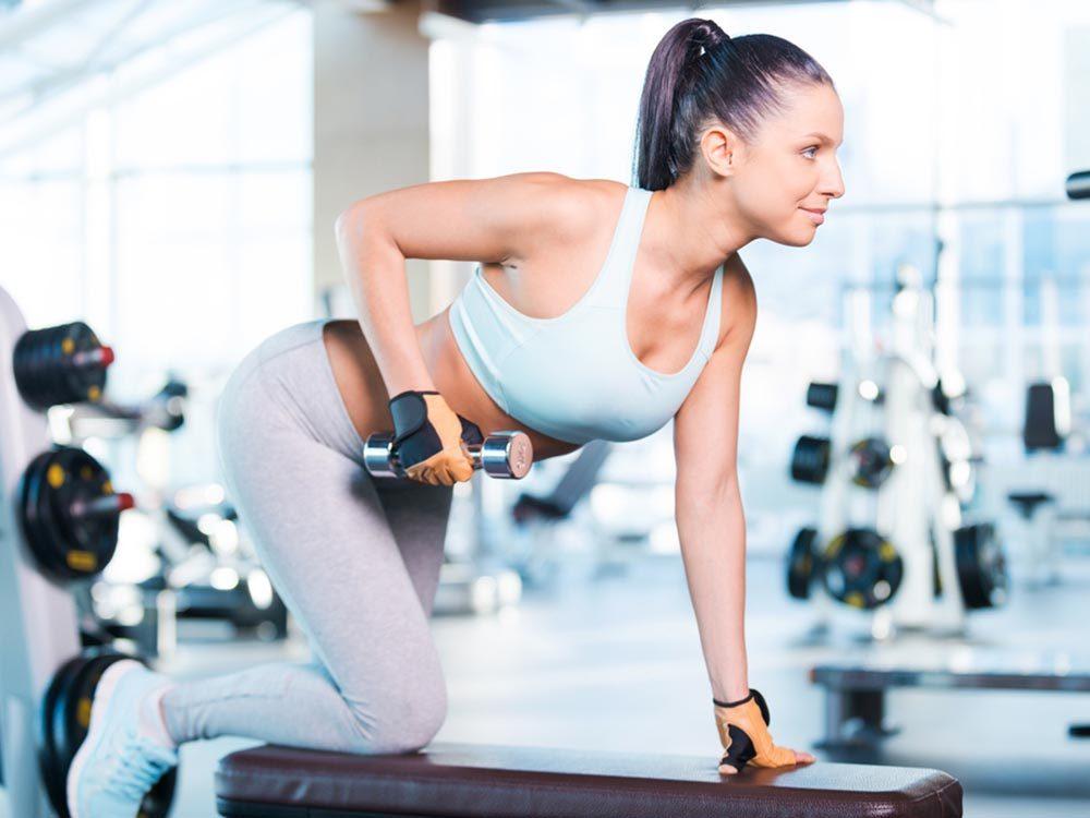 Exercice pour le cerveau: soulever des poids.