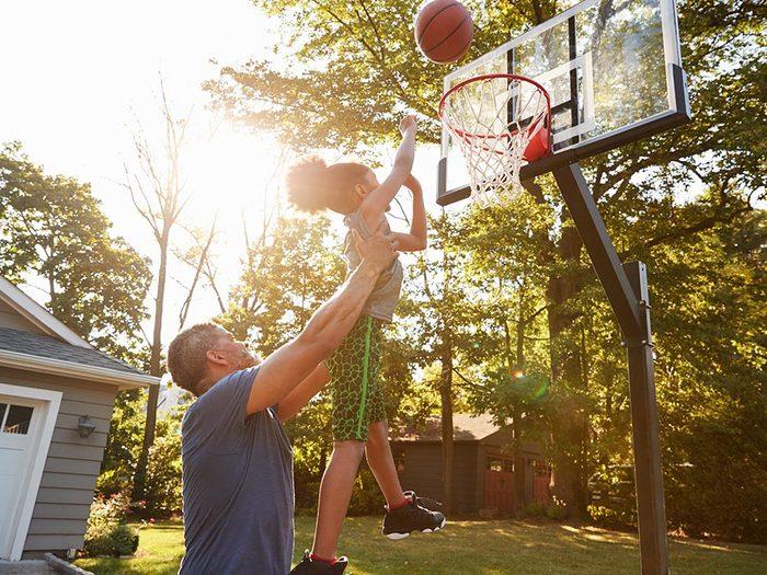 Favorisez le sport en famille en adoptant un mode de vie actif.