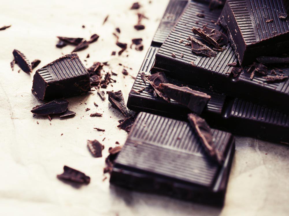 Luttez contre la fatigue en vous accordant une bouchée de chocolat noir.