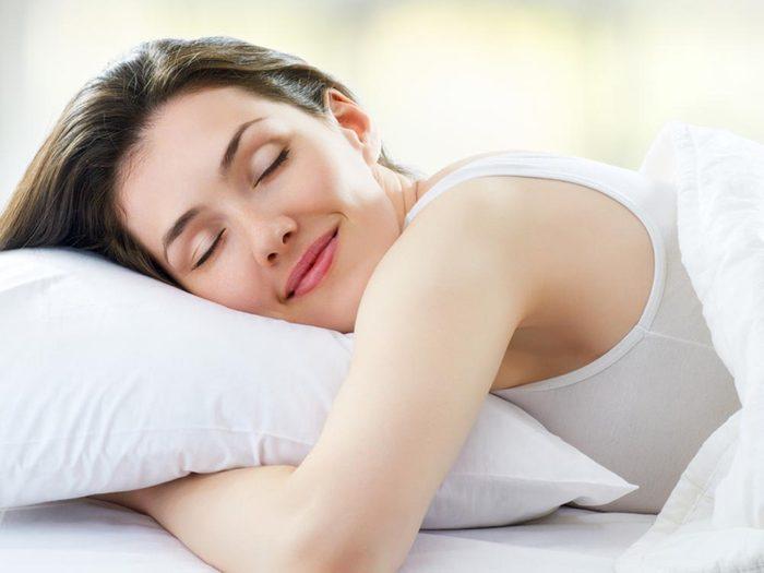 Pour lutter contre la perte d'énergie, essayez ce truc anti-fatigue: couchez-vous plus tôt et ayez des heures de sommeil régulières.