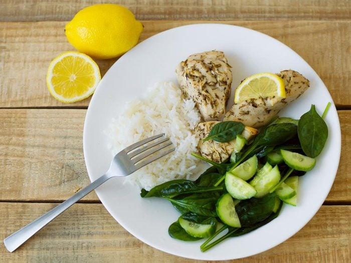 Pour ne pas subir de coup de fatigue, évitez les excès alimentaires et suivez la règle de trois.