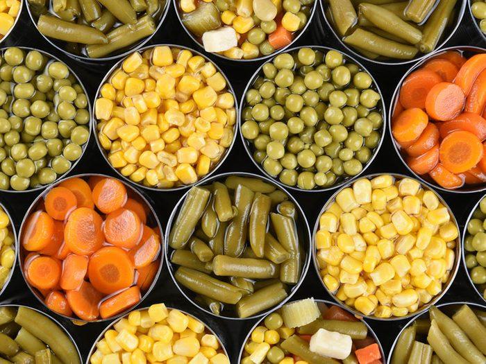 Certains légumes en boîte font partie des faux aliments santé.