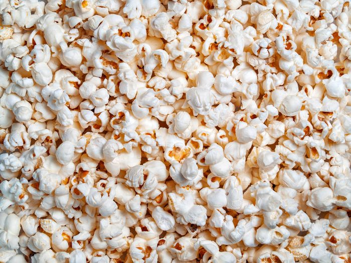 Le maïs soufflé au micro-ondes fait partie des faux aliments santé.