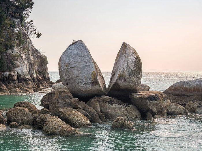 Tokangawhā (Split Apple Rock) est l'une des plus belles formations rocheuses naturelles à travers le monde.