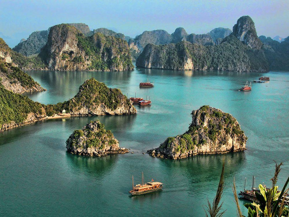 La baie d'Ha Long au Vietnam est l'une des plus belles formations rocheuses naturelles à travers le monde.