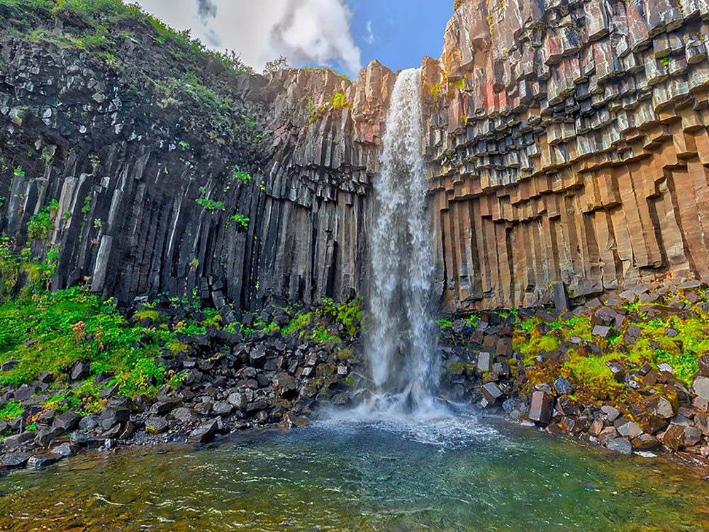 Formation rocheuse: Svartifoss est une chute d'eau de 39 pieds en Islande.