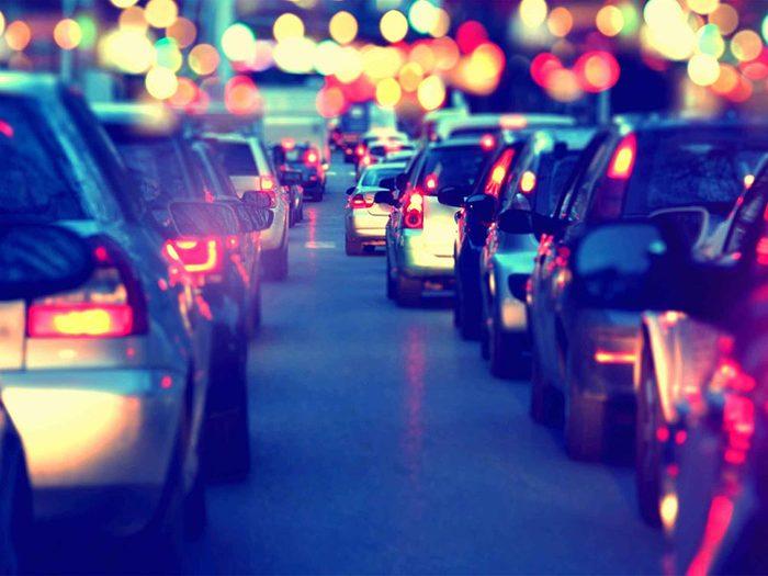 Symptôme de la cataracte: il devient difficile de conduire de nuit.