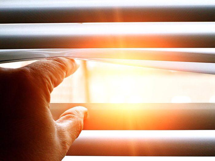 Symptôme de la cataracte: sensibilité à la lumière.