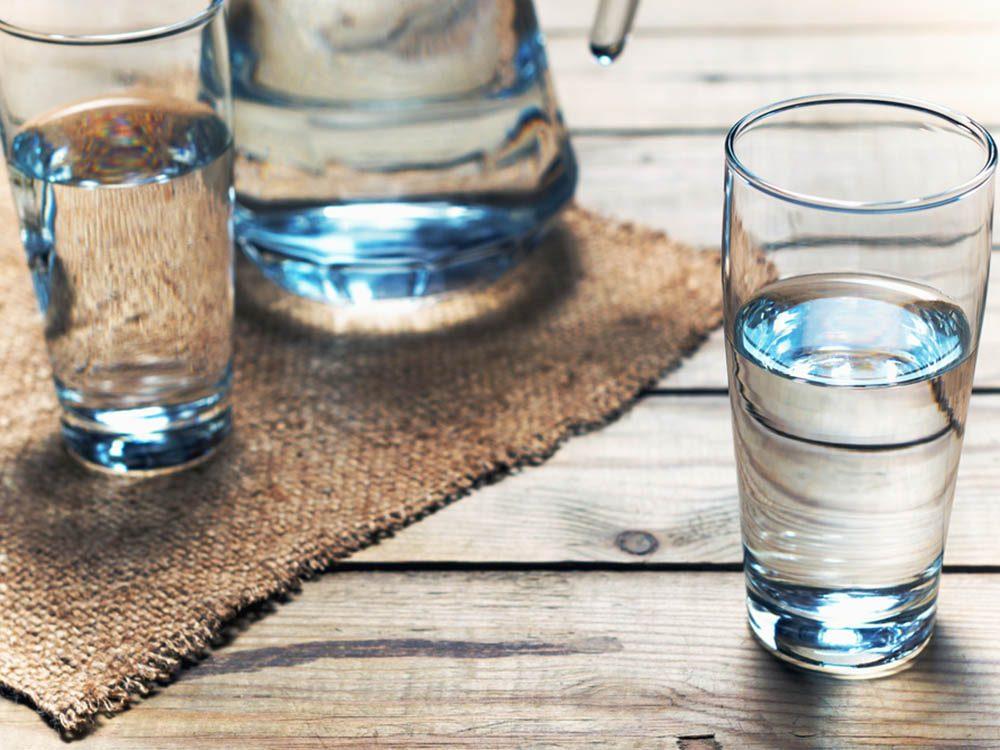 Si vous souffrez de la goutte, buvez au moins huit verres d'eau par jour.