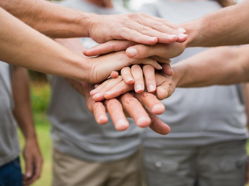Leçons de bonheur: faire du bénévolat peut rendre heureux.