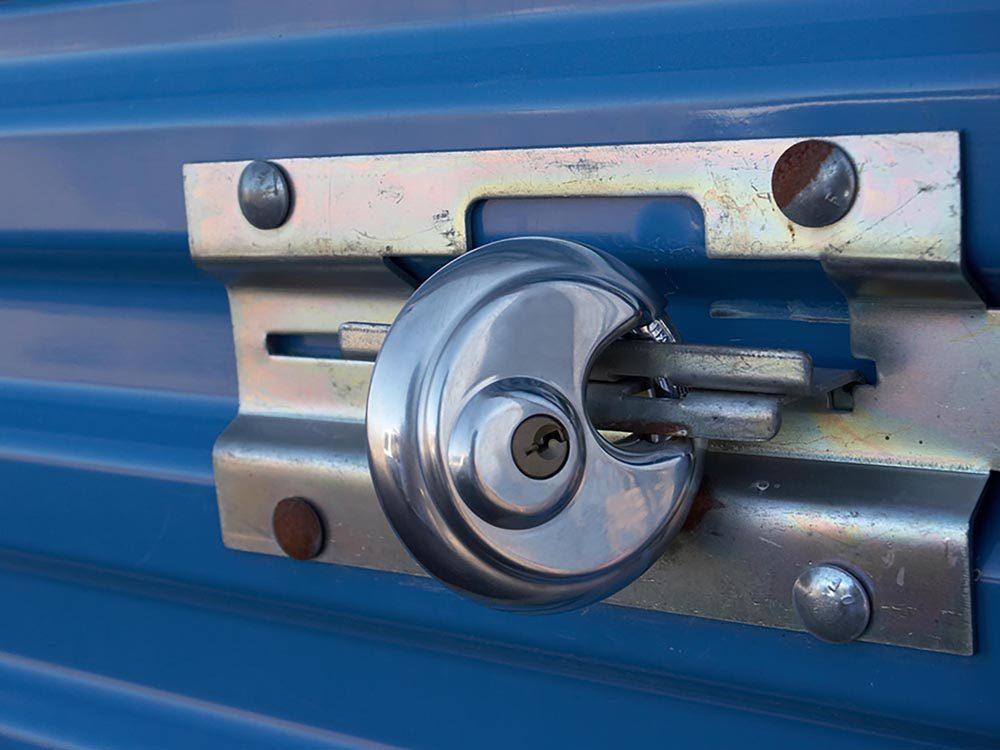 Pour plus de sécurité à la maison, fermez la porte du garage.