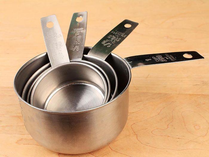 Maison: rangez vos tasses à mesurer dans une armoire avec crochets.
