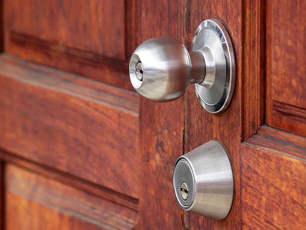 Maison: renforcez vos portes pour empêcher les voleurs.