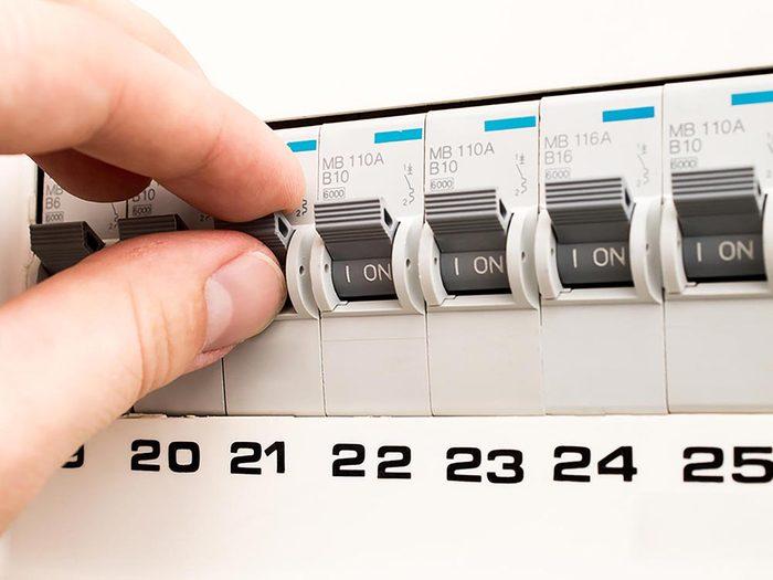 Maison: un disjoncteur qui disjoncte sans arrêt pourrait indiquer une surcharge.