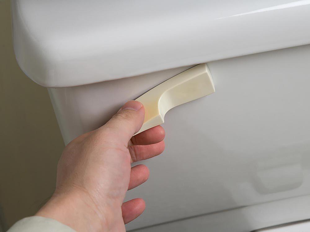 Maison: Un clapet usé permet à l'eau de couler sans cesse dans la toilette.