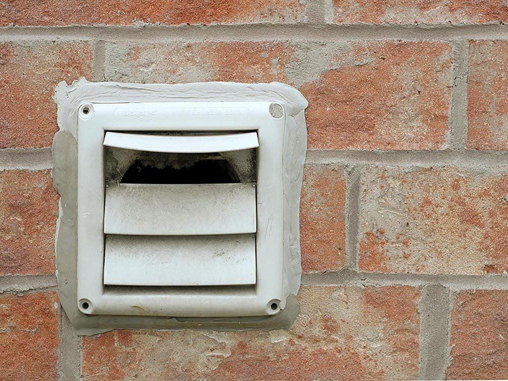 Maison: nettoyer les peluches qui se sont accumulées dans le conduit d'évacuation de la sécheuse.