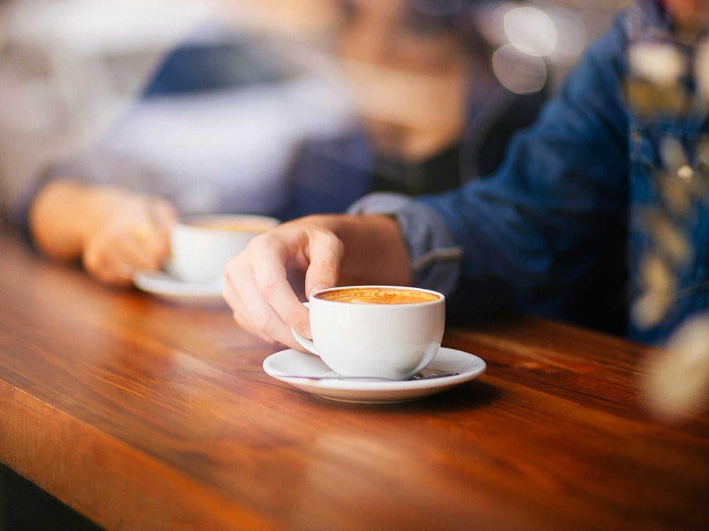 Soulagez le mal de tête en buvant une tasse de café fort.