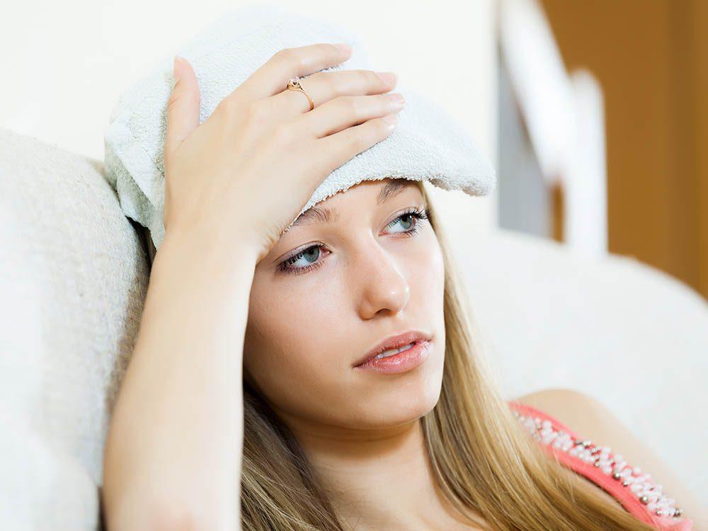 En cas de mal de tête, placez une compresse contre votre front.
