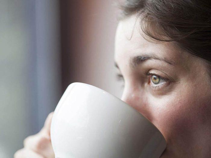 Une infusion chaude au gingembre peut soulager le mal de tête.