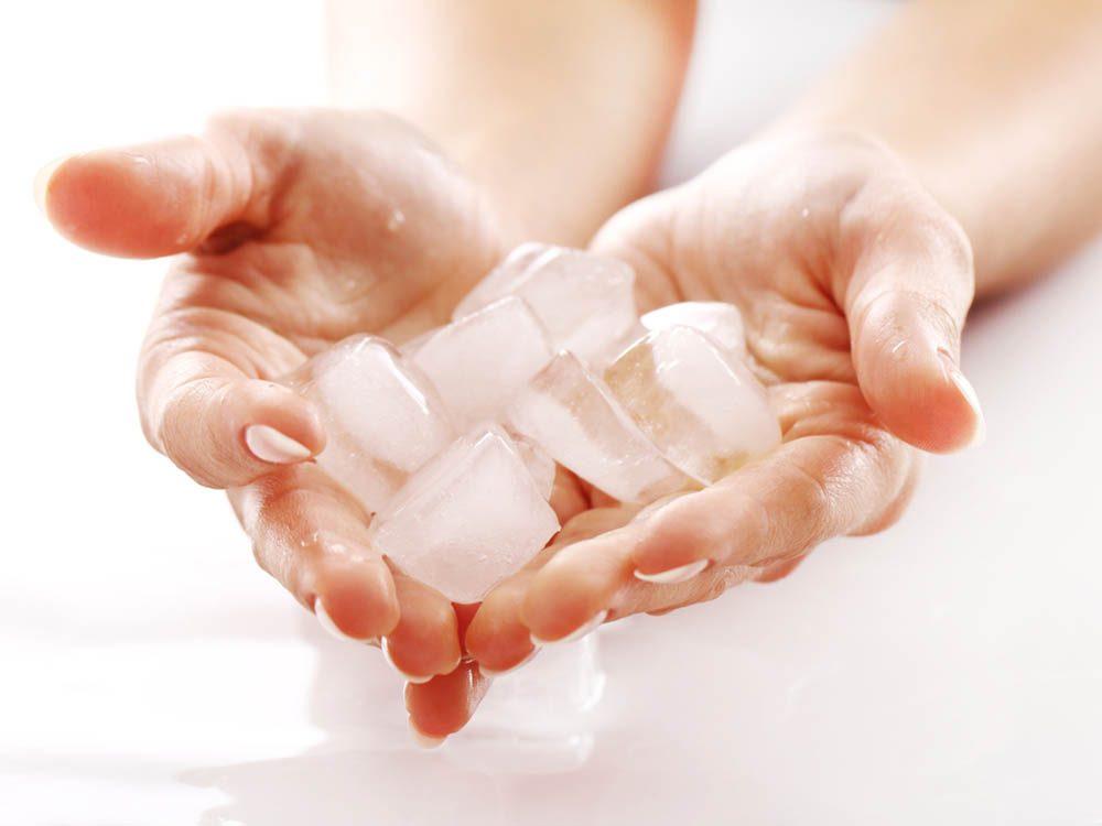 Soulagez le mal de tête en mettant vos mains dans de l'eau glacée.