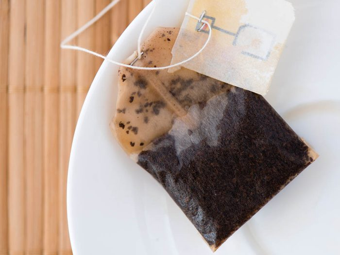 Soulagez le mal de tête en appliquant des sachets de thé sur les paupières.