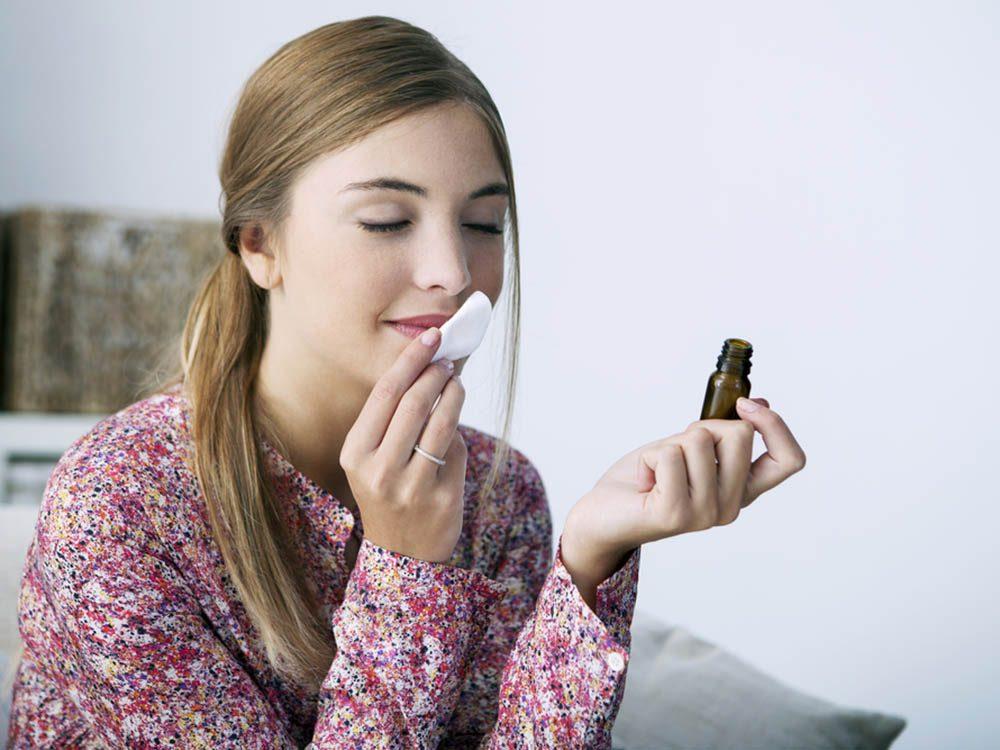 Soulagez le mal de tête en sentant des huiles essentielles.
