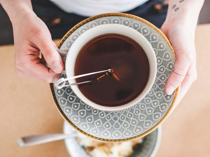 Boire du thé noir peut atténuer le mal de tête.