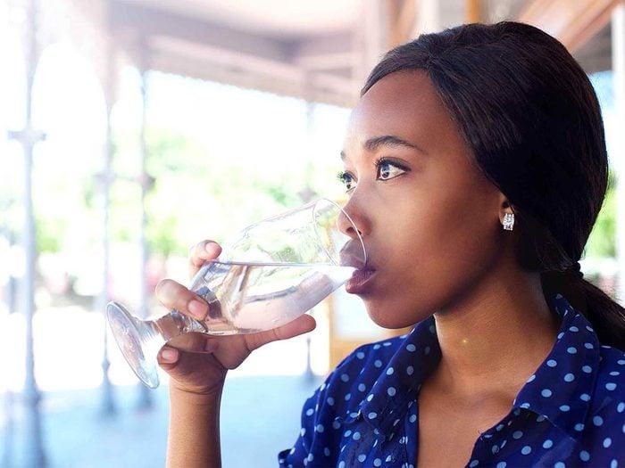 L'hydratation est importante pour éviter le mal de tête.