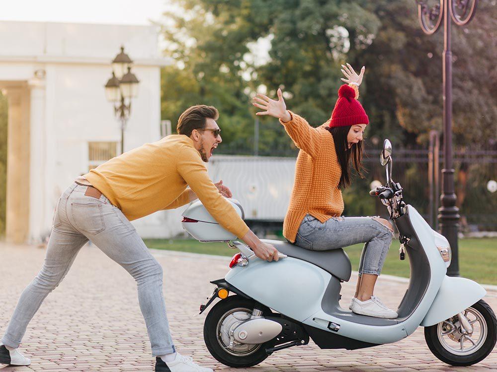 Des malfaiteurs stupides tentent de fuir avec un scooter en panne.
