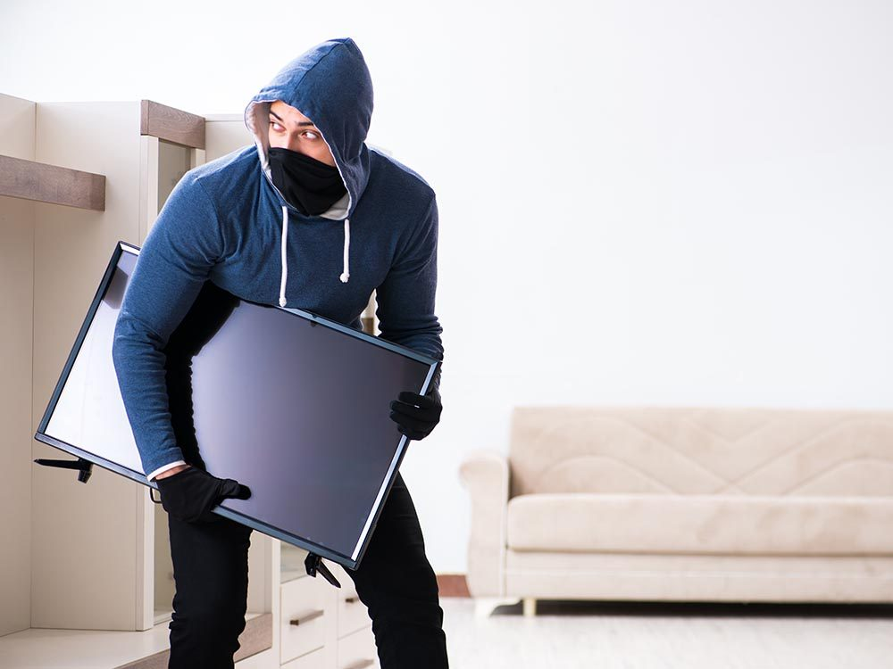Des malfaiteurs stupides volent une télévision hors d'usage.