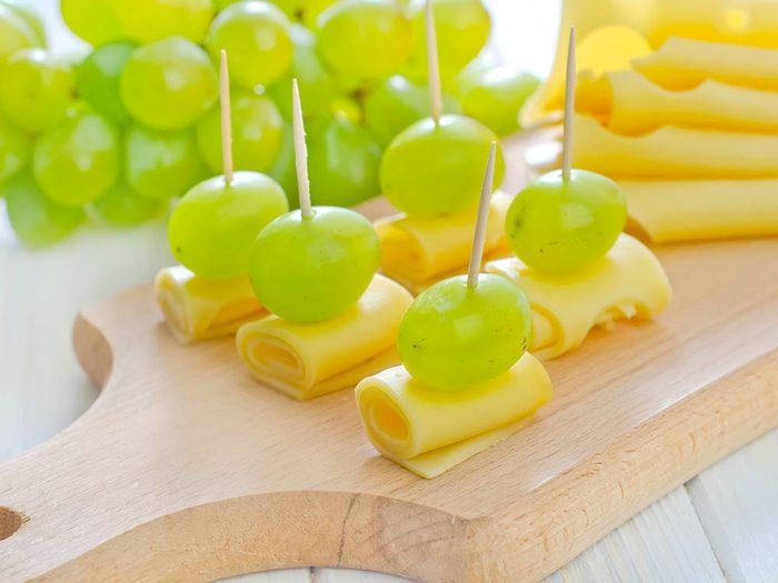 Astuce pour manger plus de fruits: ajoutez du fromage.