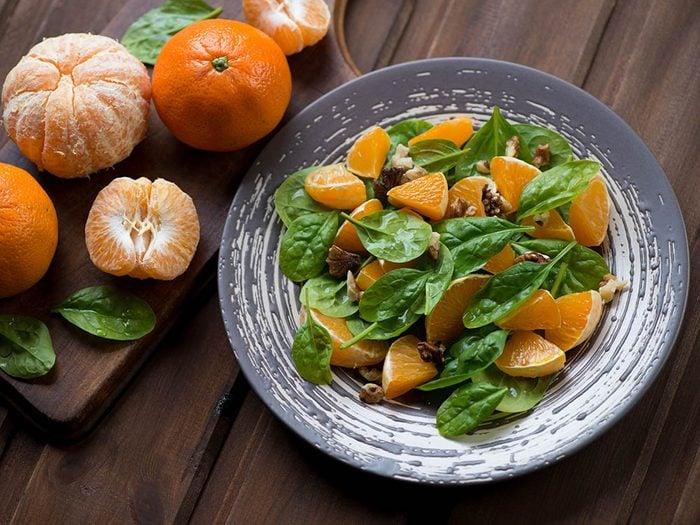Pour manger des fruits plus souvent, ajoutez-en à vos salades.