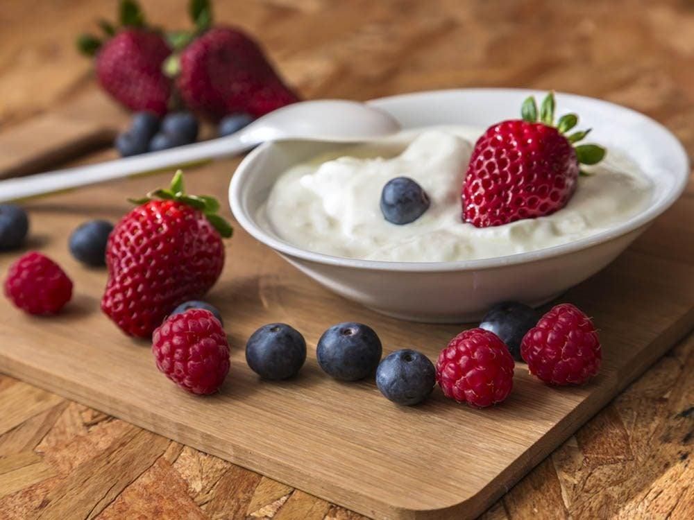 Pour manger des fruits plus souvent, ajoutez-les à votre yogourt.