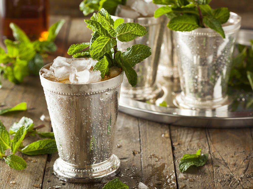 Préparez des cocktails à base de menthe fraîche.