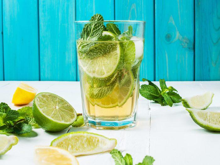 Préparez une boisson mentholée avec de la menthe fraiche.