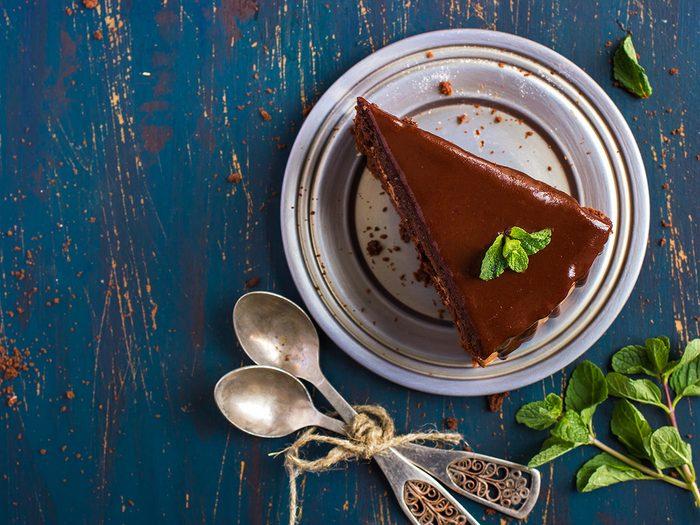Créez un glaçage au chocolat et à la menthe avec de la menthe fraiche.