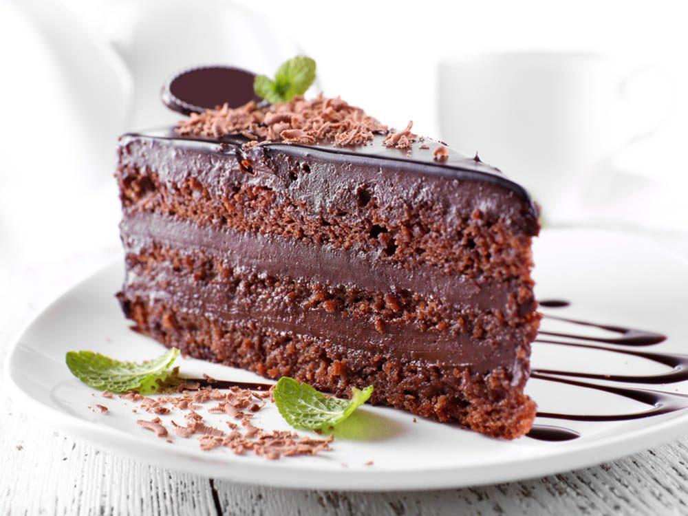 Ajoutez de la menthe fraîche à votre glaçage au chocolat.