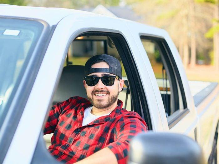 Mythe sur l'automobile: économiser de l'essence en roulant avec le hayon baissé.