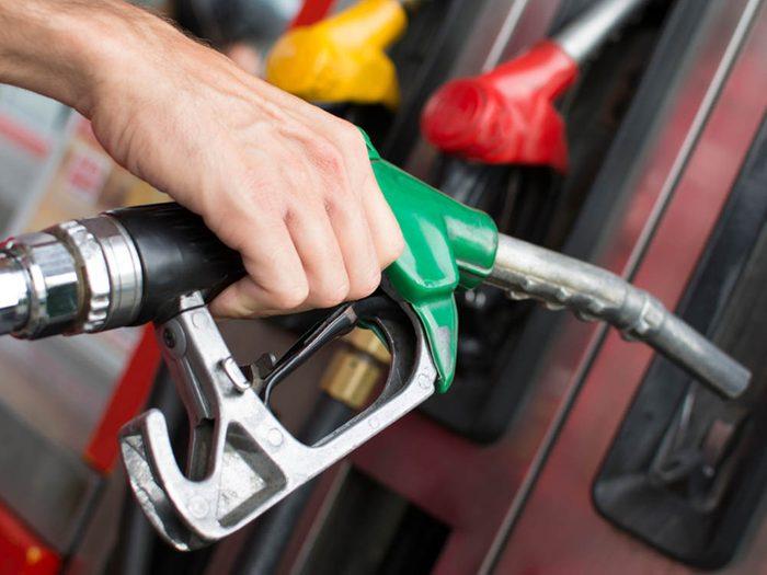 Mythe sur l'automobile: on obtient plus d'essence en faisant le plein dans la matinée.