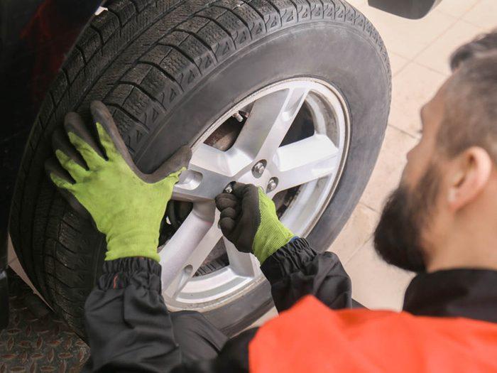 Mythe sur l'automobile: tous les pneus doivent être remplacés en même temps.
