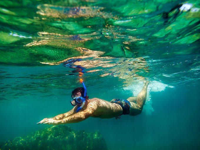 Nages dans l'océan peut rendre malade.