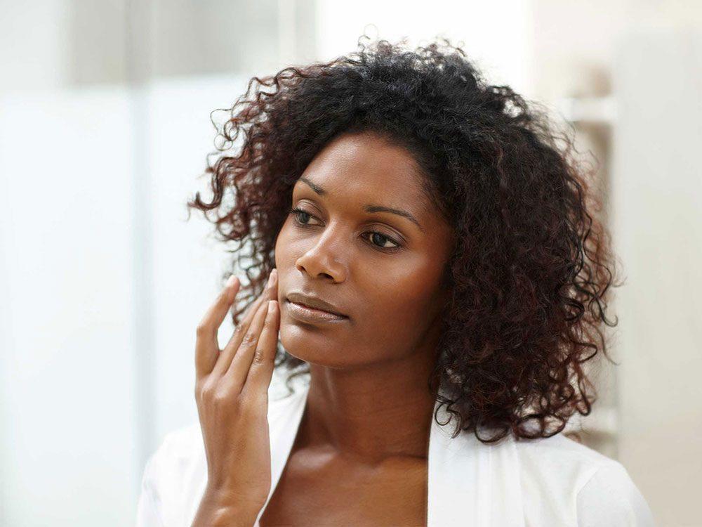 Toucher votre visage à longueur de journée peut obstruer les pores de la peau.