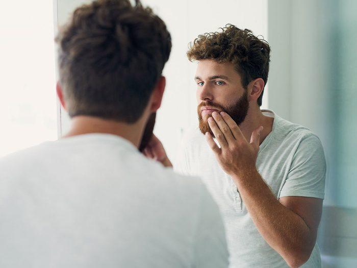 Ne pas prendre le temps de s'exfolier peut obstruer les pores de la peau.