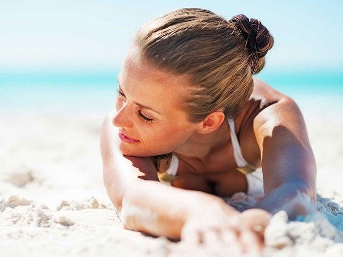 Le soleil peut obstruer les pores de la peau.