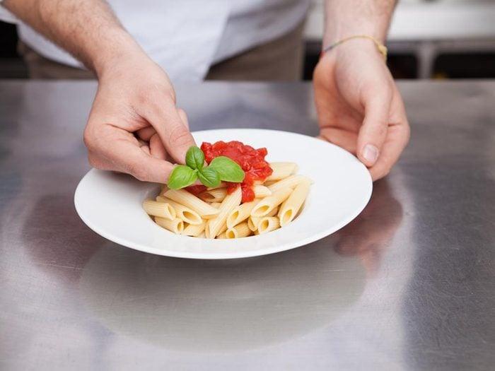 Pour manger une petite portion alimentaire, prévoyez une petite assiette.
