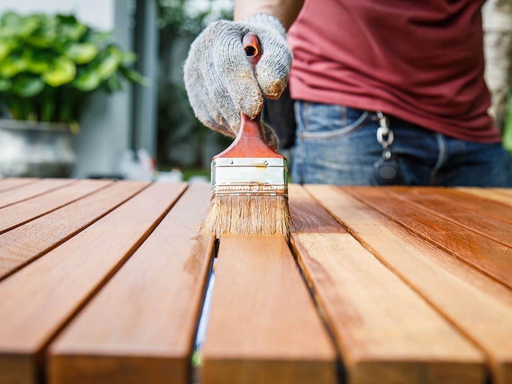Utiliser un décapant sous forme de pâte pour restaurer le mobilier.
