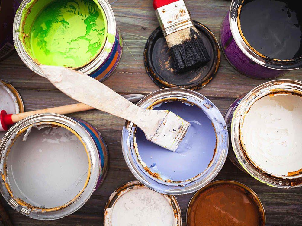 Avant de restaurer le mobilier, lisez les étiquettes des produits.
