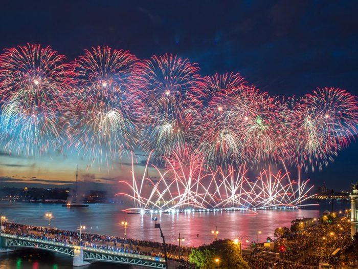 Le solstice d'été est célébré durant un mois à Saint-Pétersbourg.