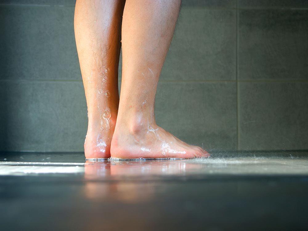Prenez une douche pour vous débarrasser des tiques du Québec.