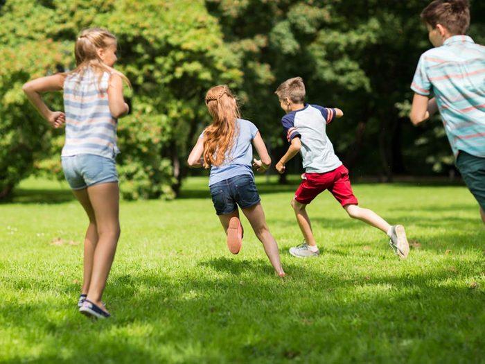 Les enfants sont plus vulnérables face aux tiques du Québec.